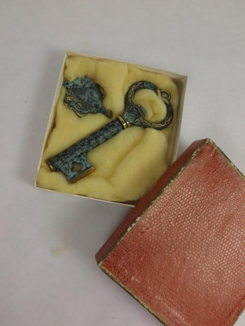 Bild 2 von 60er Schlüssel mit Aufhänger. Messing